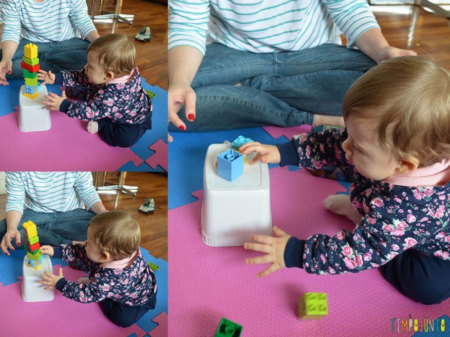 Brinquedos simples para brincar de derrubar com seu bebe_SEGUNDO-MOSAICO_Malu-derrubando-blocos