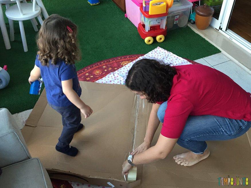 Como fazer uma cabana de caixa de papelao_15.46.12_colando a caixa