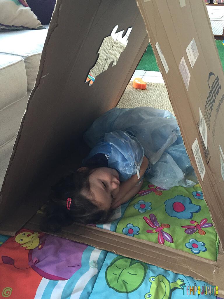 Como fazer uma cabana de caixa de papelao_16.22.32_gabi dormindo de princesa em seu castelo