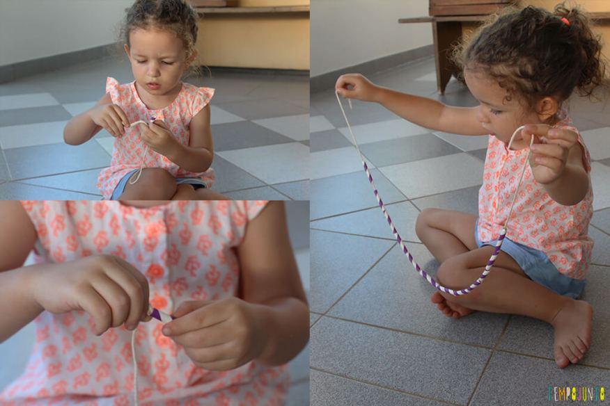 Brincadeira para estimular a coordenação motora fina de crianças - gabi fazendo a atividade