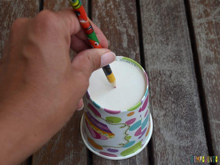 Brinquedo para despertar a curiosidade do seu bebe_13.51.43_furando o copo com lapis