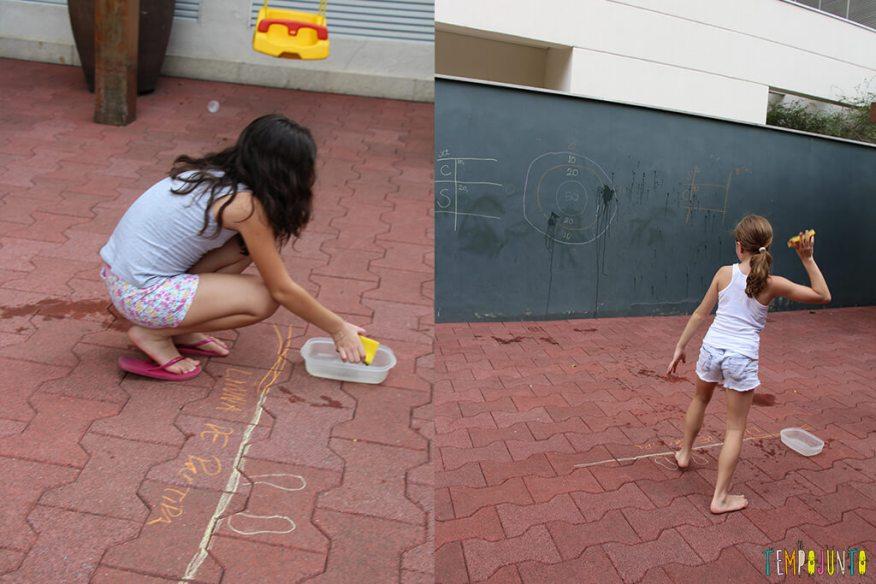 Acerte o alvo com esponja molhada - meninas molhando esponja e acertando alvo