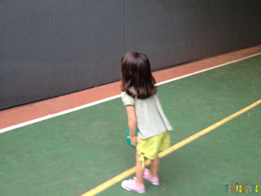 Brincadeira simples com bola para um momento ao ar livre - larissa jogando a bola