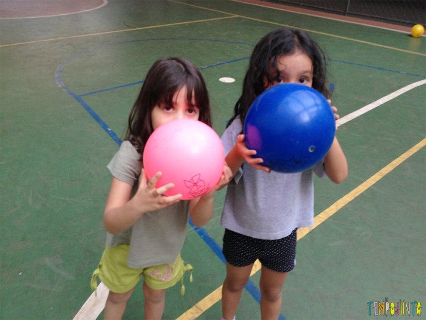 Brincadeira simples com bola para um momento ao ar livre - meninas com a bola