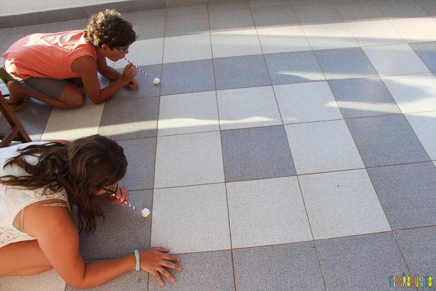 Ideias para organizar uma gincana para crianças grandes - crianças soprando pompom