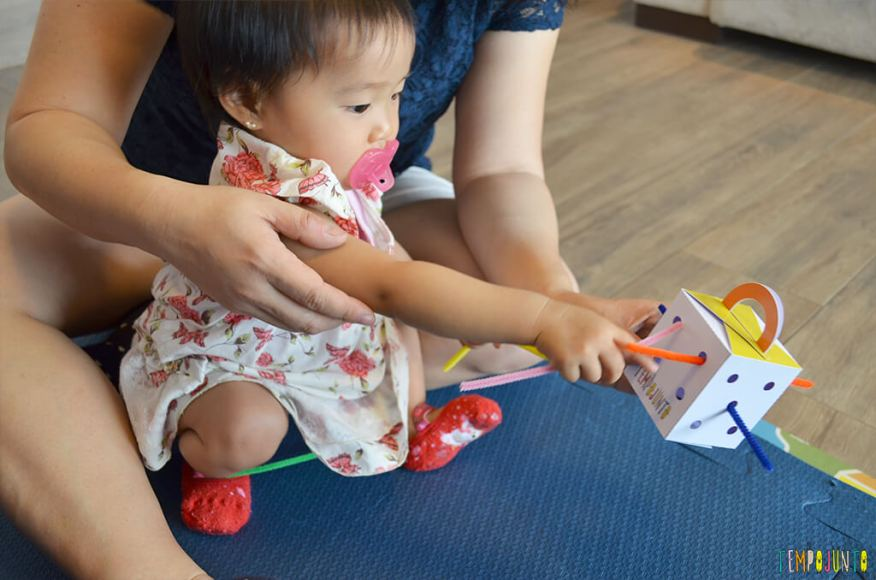 Jogo de encaixe para estimular a coordenação dos bebês - bebe encaixando os limpadores