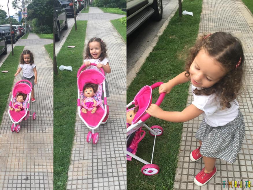 Quando o passeio na rua vira uma grande brincadeira - gabi brincando com a boneca