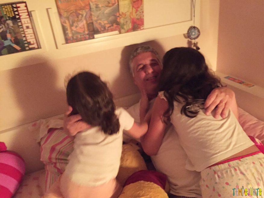 Uma festa do pijama para ninguém botar defeito - ataque de beijos no papai