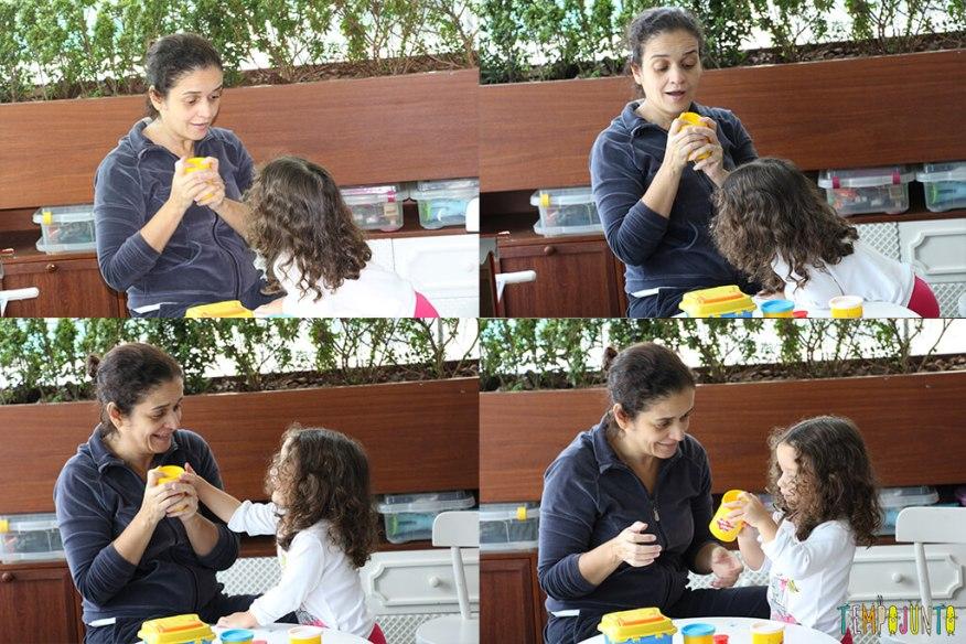 Brincadeiras inventadas pelas crianças - gabi abrindo a massinha com a mamae