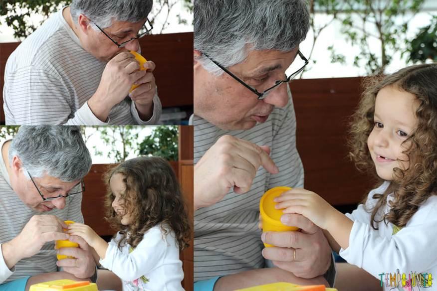 Brincadeiras inventadas pelas crianças - gabi abrindo a massinha com o papai
