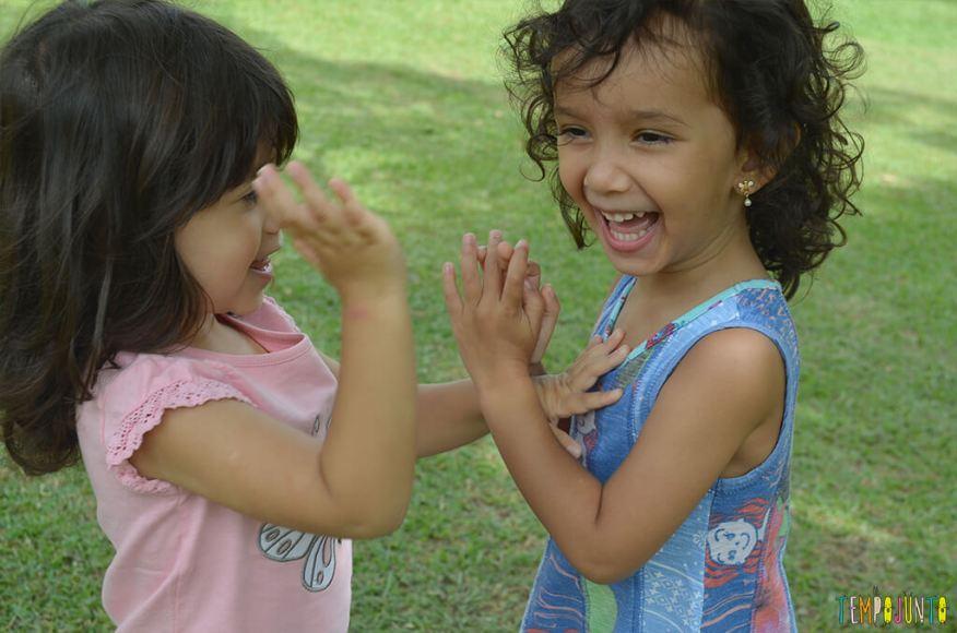 Sofia e Larissa brincando de adoleta -2