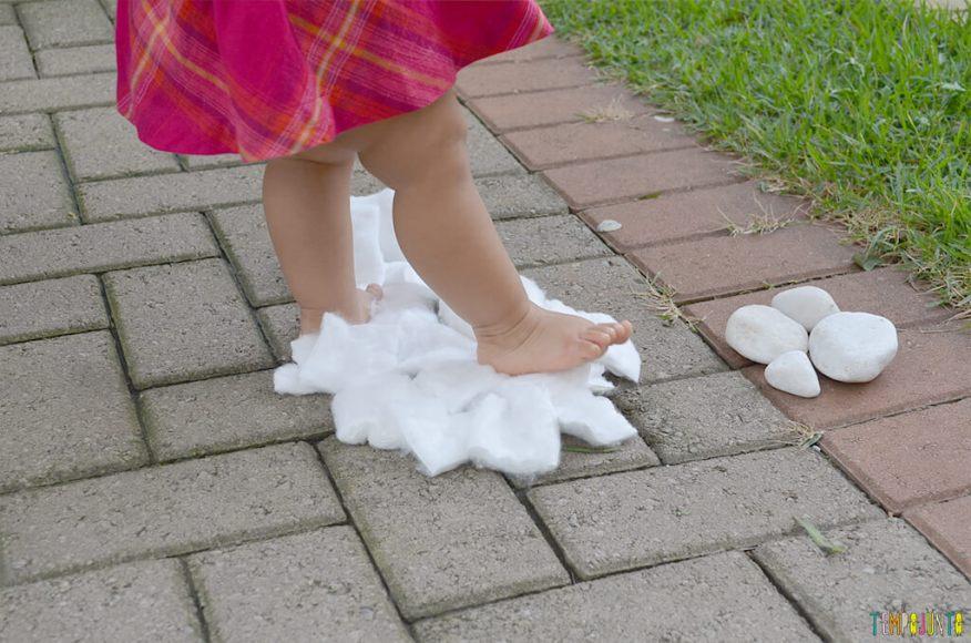 Um passeio sensorial para estimular o tato do seu bebê - julia pisando no algodao