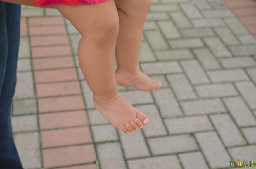 Um passeio sensorial para estimular o tato do seu bebê - pezinhos do bebe