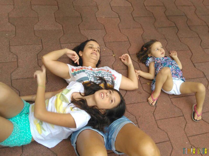 5-dicas-para-aprender-brincando-com-seus-filhos-e-os-amigos-deles_patricia_carol_gabi_olhando_nuvem