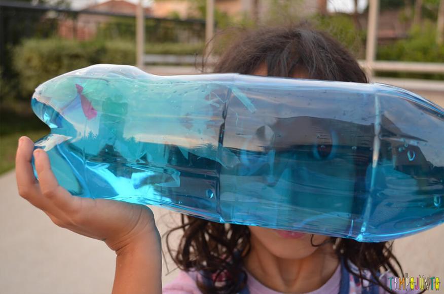 Agua viva de sacola reciclada - sofia com a garrafa na mao