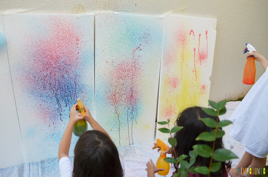 Arte com borrifador de tinta e isopor para uma brincadeira ao ar livre - pintura