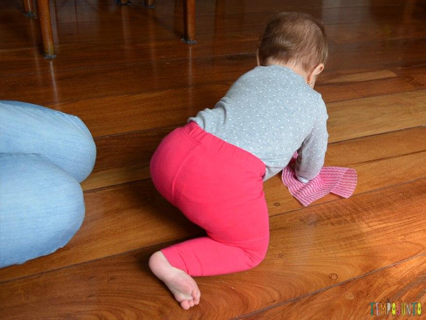 Brincadeira sensorial e de descoberta do bebê com material de cozinha_10.21.51_carolina-interagindo-com-o-pano