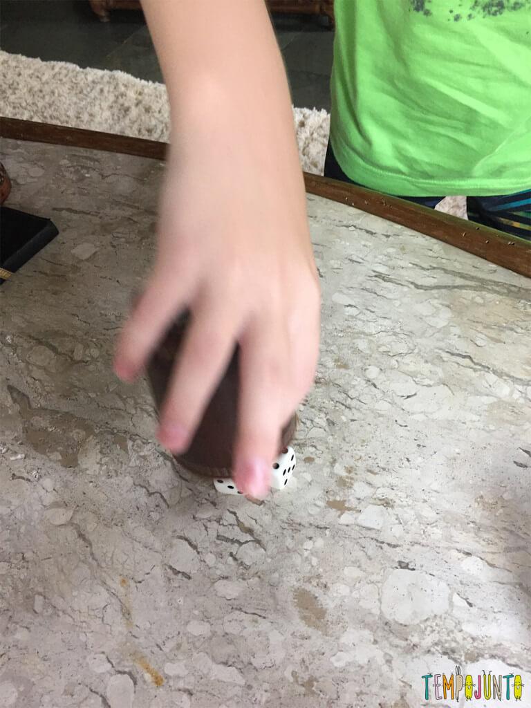 Já experimentou jogar dados com as crianças - menino jogando os dados