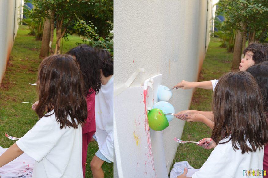 Brincar de pintura com bexiga para um dia ao ar livre - criancas estourando a bexiga