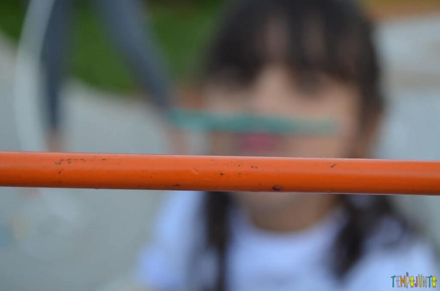 Fazer caretas numa brincadeira simples que une várias gerações - lapis de cor