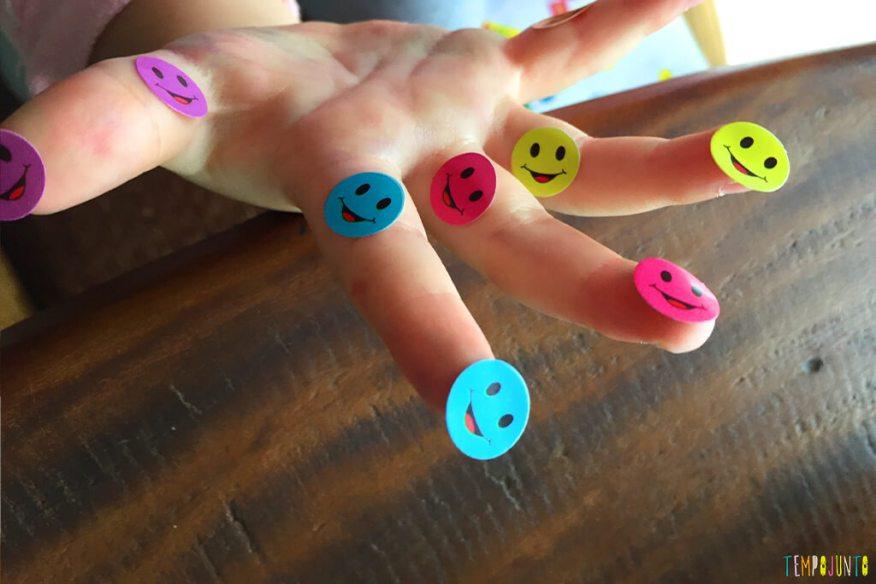 Como distrair as crianças enquanto você trabalha - gabi com muitos adesivos na mao 2