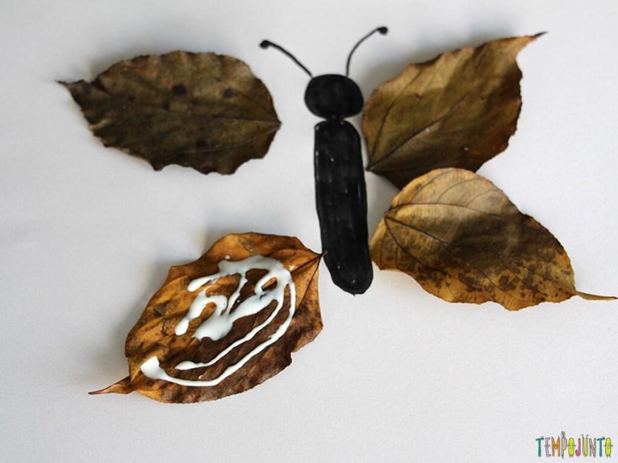 Arte com folhas de árvore_0307_cola nas asas da borboleta