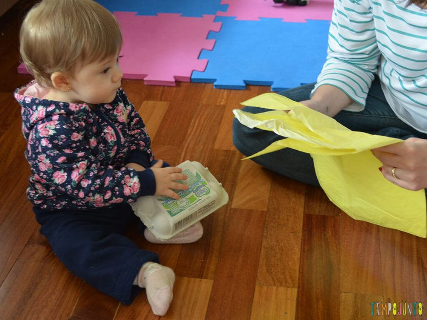 Brincadeira de coordenação e identificação de cores para bebês_bebê-brincando-com-papel-de-seda_12.04.56
