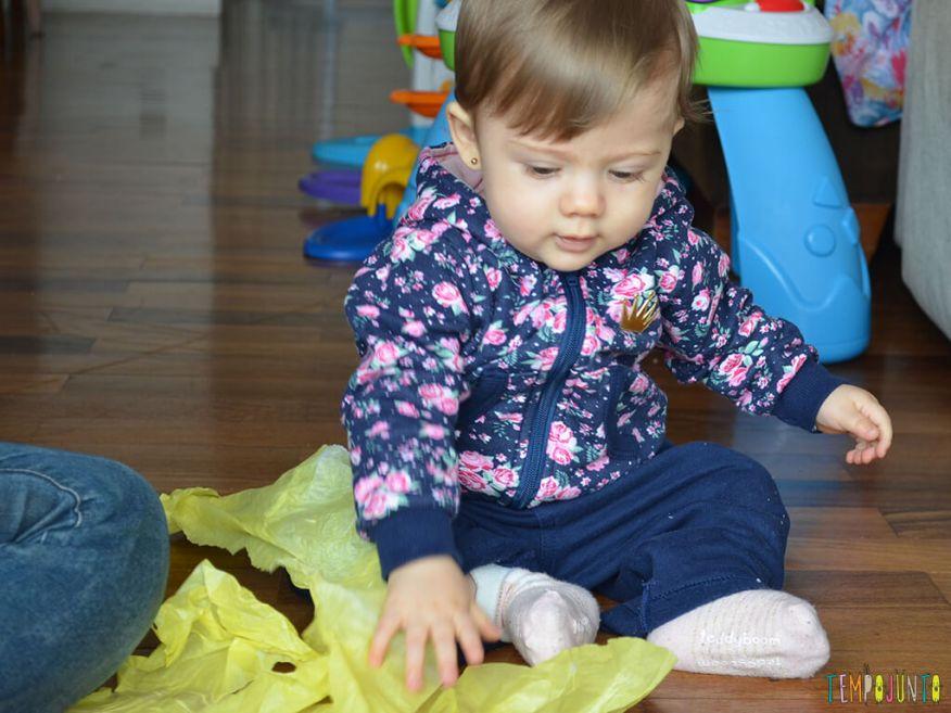 Brincadeira de coordenação e identificação de cores para bebês_interagindo-no-chão-com-o-papel-de-seda_12.04.57
