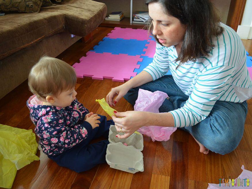 Brincadeira de coordenação e identificação de cores para bebês_oferecendo-o-papel-de-seda_11.51.41