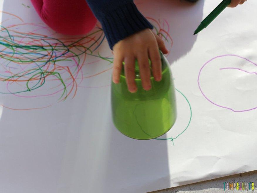 Brincadeira para ensinar a criança a desenhar_IMG_0240_gabi-desenhando-com-o-copo