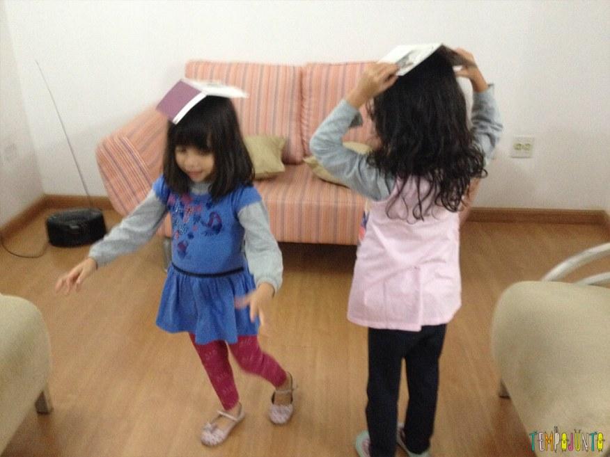 Estimular o equilíbrio pela brincadeira das crianças de 3 meses a 10 anos_larissa e sofia equilibrando guardanapo na cabeça
