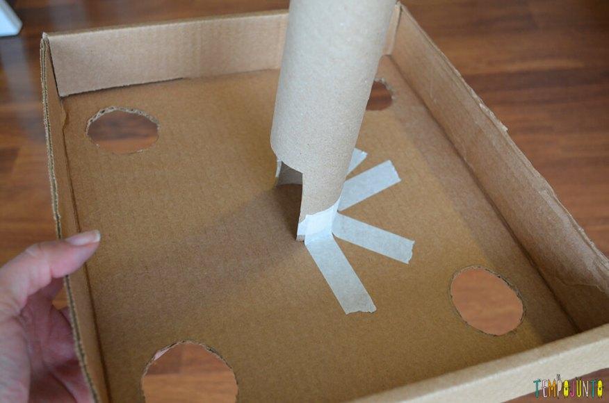 Um brinquedo para praticar a paciência e o sentido de direção - tubo colado com durex