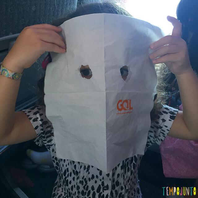 Atividade simples para o Dia das Bruxas - gabi com a mascara no rosto