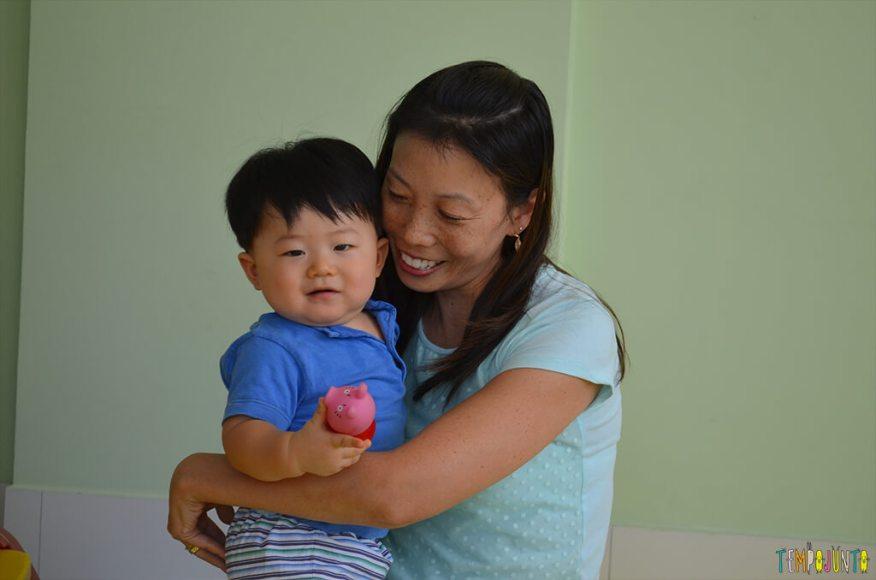 Brincadeira sensorial com espuma colorida para bebês - felipe com a mae