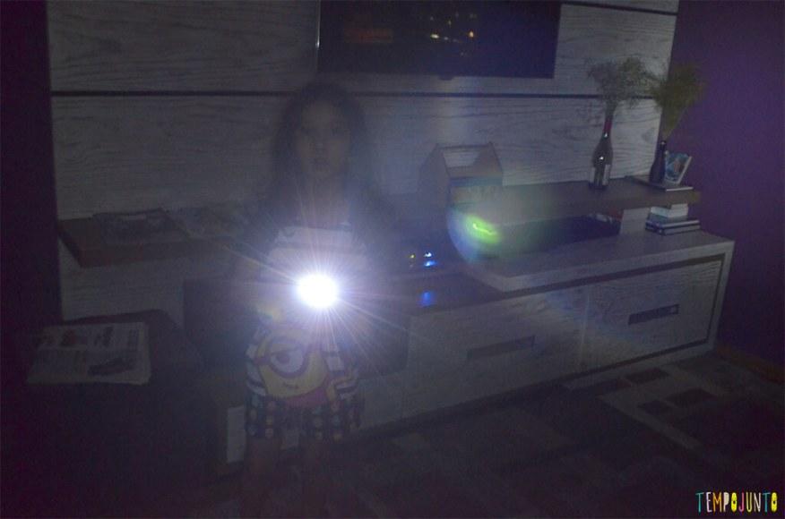 Caça ao tesouro de fotos na escuridão - lanterna na camera