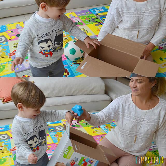 Como aproveitar a rotina da casa para brincar com o seu bebê - mariana e pietro brincando com a caixa