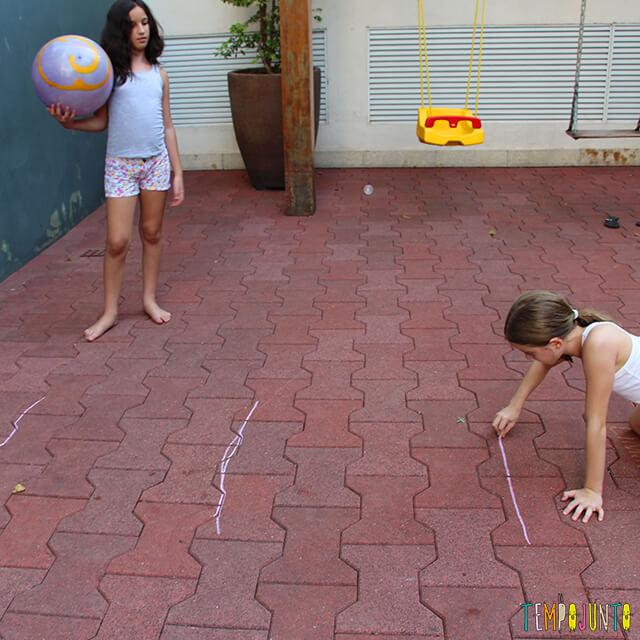Como brincar de paredão - amiga da carol marcando varias linhas no chao