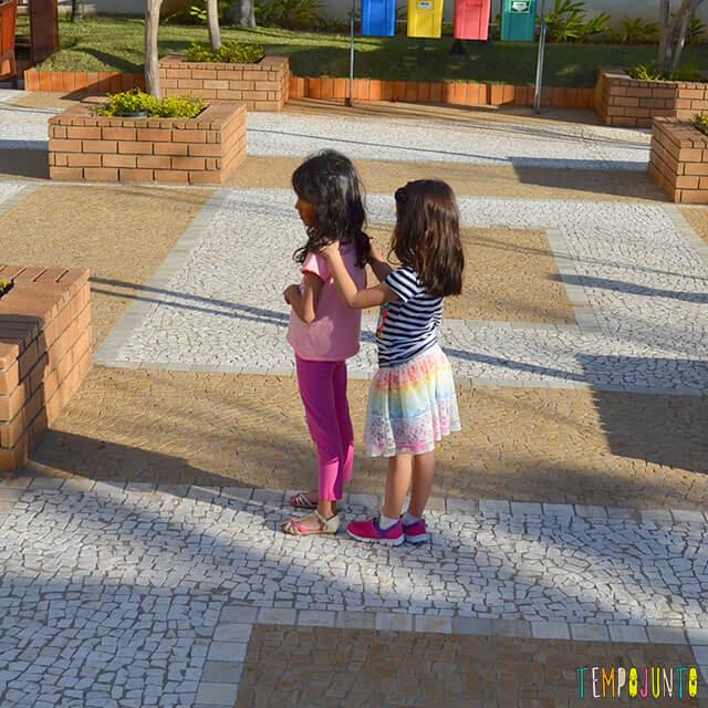 Noção de direção com a brincadeira do trem desgovernado - meninas preparando pra brincar