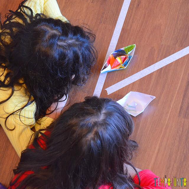 Brincadeira para espaços pequenos em casa - meninas assoprando