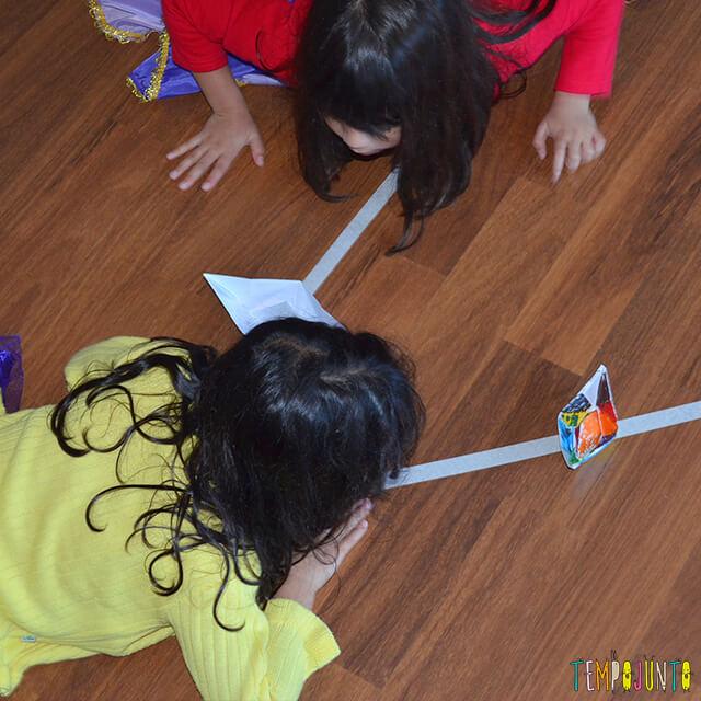 Brincadeira para espaços pequenos em casa - meninas assoprando2