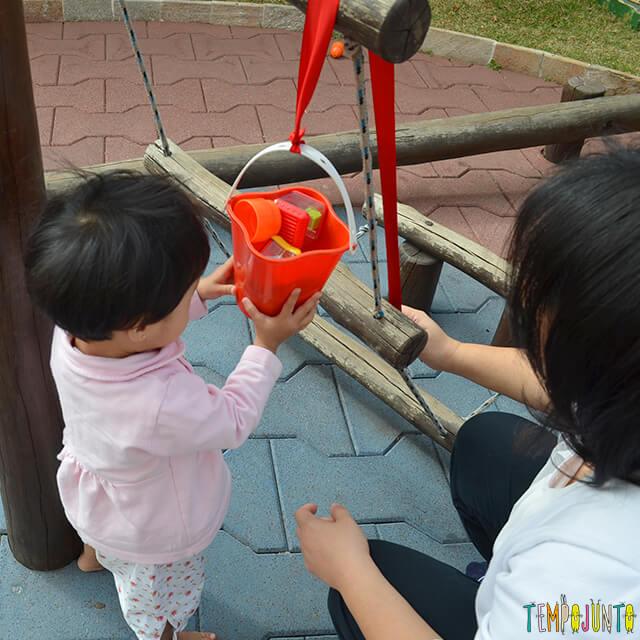 Despertar a curiosidade do bebê com uma brincadeira de causa e efeito - bebe vendo a roldana