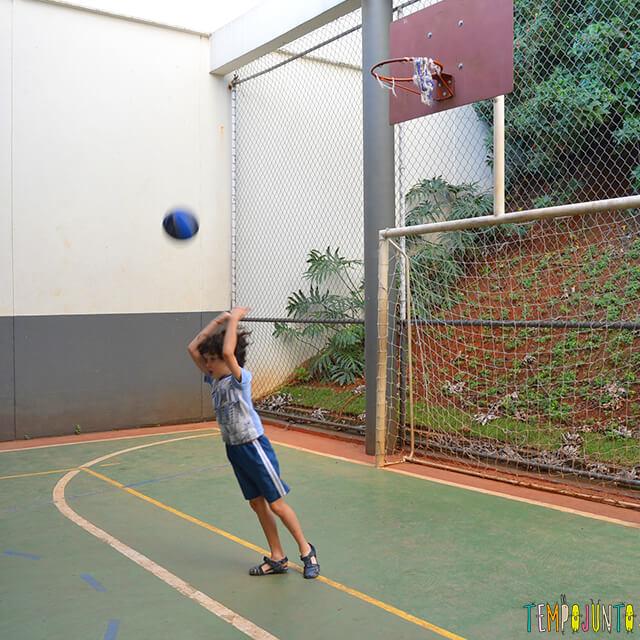 Jogo de basquete diferente para exercitar brincando - pocoyo arremessando de costas
