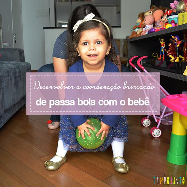 Brincadeira com bola para exercitar a coordenação do bebê