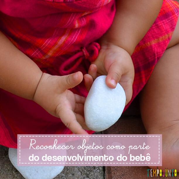 Explorar com o bebê objetos simples é uma brincadeira que promove o desenvolvimento