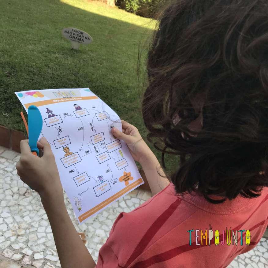 Pocoyo lendo mapa do Dia das Bruxas