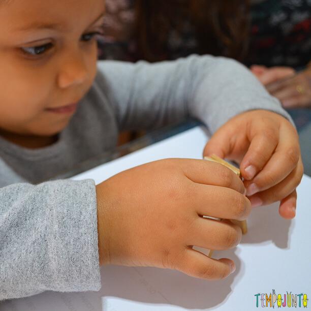 julia brincando com as peças do jogo tradicional de dominó