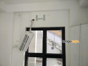 Il climatizzatore sradicato dal muro