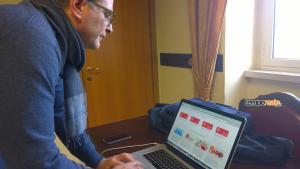 Il sindaco di Gaeta Cosmo Mitrano sfoglia il nuovo sito web davanti ai giornalisti