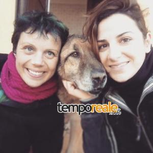 Sansone tra le volontarie Gio Lungo e Paola Volpe