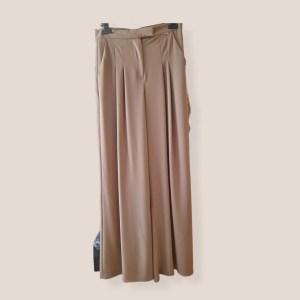 pantalone palazzo con pieghe cammello